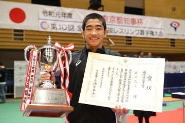 2年ぶりの優勝を遂げ、東京都知事杯を手にした西内悠人(高知・高知南/高知クラブ)=撮影・矢吹建夫