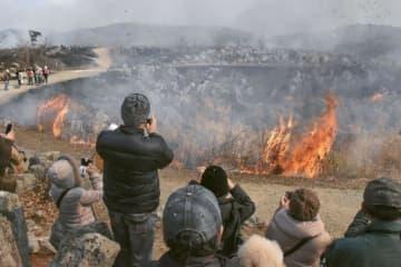 2月に行われた山口県美祢市の秋吉台国定公園で開催された山焼き