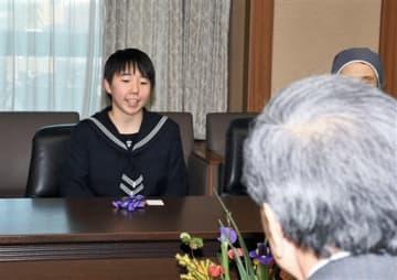蒲島郁男知事に世界ジュニア選手権の優勝を報告する八代白百合高2年の郡司莉子(左)=県庁