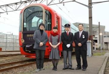 新制服を身にまとう雪月花の乗務員。右は鳥塚亮社長、左は川西康之さん=上越市
