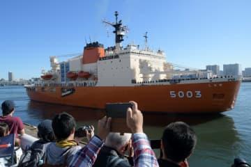 南極に向け12日、東京・晴海旅客ターミナルを出港した観測船しらせ