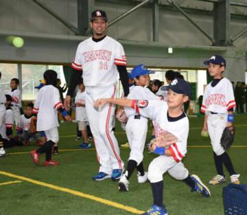 子どもたちが加治屋蓮投手らから指導を受けた「ベースボールキッズ2019in九州」