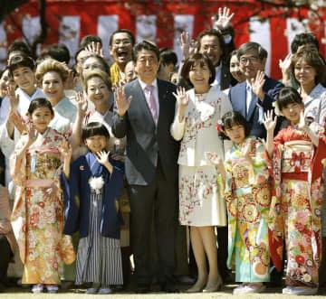 「桜を見る会」で招待客と記念写真に納まる安倍首相(中央左)と昭恵夫人ら