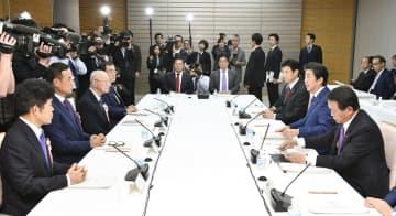 首相官邸で開かれた経済財政諮問会議=27日午後