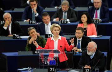 27日、欧州議会で演説するフォンデアライエン次期欧州委員長(中央)=フランス・ストラスブール(ロイター=共同)