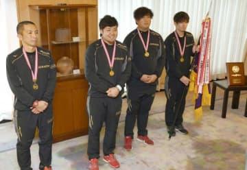 2連覇を報告する松田選手(左から2人目)ら