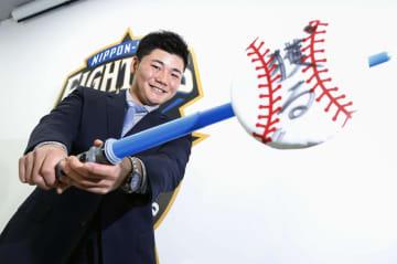 契約更改交渉を終え、記者会見でポーズをとる日本ハムの清宮幸太郎内野手=27日、札幌市内の球団事務所