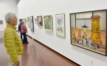 会員の力作が並ぶチャーチル会岡山の「秋の作品展」