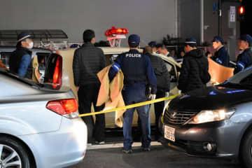 容疑者が乗っていた軽乗用車を調べる京都府警の捜査員ら(27日午後7時11分、京都市南区上鳥羽菅田町)