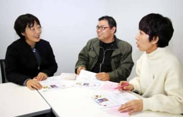 本の企画を練る弘中さん(左)、大橋さん(中)、西川さん