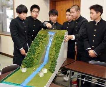 土石流の実験模型を作った笠岡工業高生