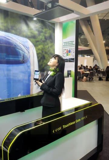 JR東日本が開発した「タッチレスゲート」のデモ機。天井部のアンテナがスマートフォンの情報を読み取り通過できる