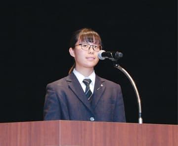 生徒代表のことばを述べる安本さん