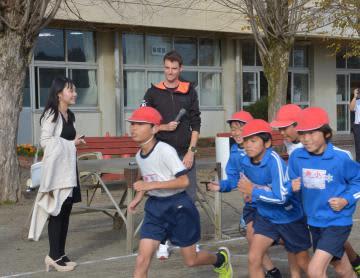 児童に走り方を指導したクン・ナールト選手=水戸市平須町