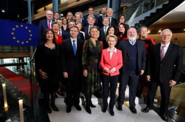 欧州委員会のフォンデアライエン次期委員長(前列右から3人目)が率いる新指導部のメンバーら=27日、フランス・ストラスブール(ロイター=共同)