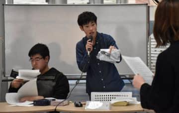 模擬裁判で裁判員裁判の流れを確認する宮崎産業経営大の学生たち