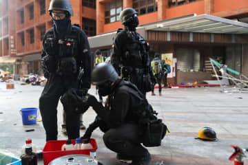香港理工大で危険物を除去する警官ら=28日(ロイター=共同)