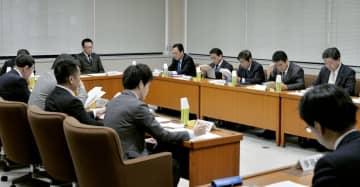 子どもがインターネットなどの依存症になるのを防ぐ条例の制定に向け議論する香川県議会の検討委員会=28日午前、高松市
