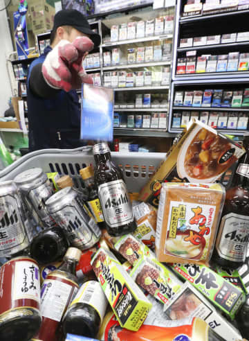 7月、ソウルのスーパーで陳列棚から下ろされた日本メーカーのビールなど=7月7日(聯合=共同)