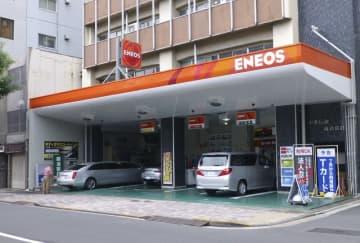「ENEOS」の給油所=東京都内