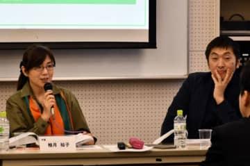 「作家としての成長は人間の成長に比例する。いろいろな経験をして人間として熟してほしい」と語る柚月裕子さん(左)