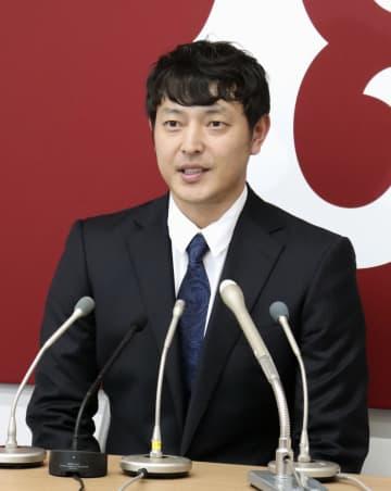 契約更改を終え、記者会見に臨む巨人の岩隈=28日、東京都内の球団事務所