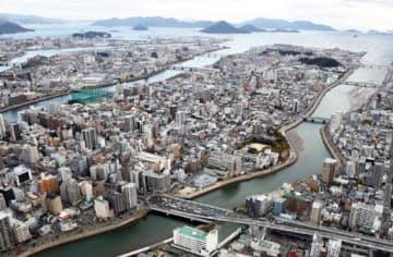 広島市中心部を東西に走る国道2号。高架延伸事業を国土交通相が2020年度に再開させる方針を明らかにした(撮影・山本誉)
