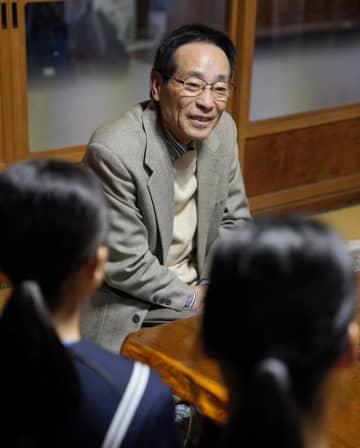 大河内清輝さんの自殺から25年となり、弔問に訪れた愛知県西尾市立東部中の生徒と話す父の祥晴さん=28日午後、西尾市