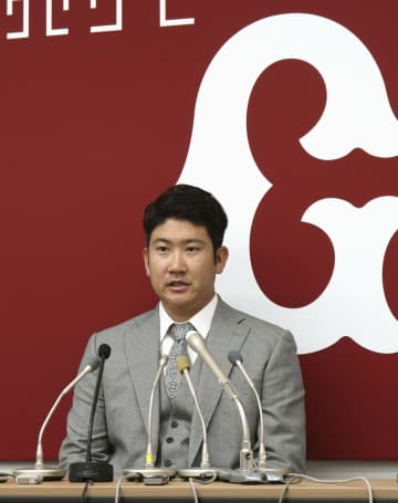 契約更改を終え、記者会見に臨む巨人の菅野=28日、東京都内の球団事務所