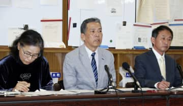 大阪市役所で記者会見する丸尾牧兵庫県議(中央)ら=28日午後