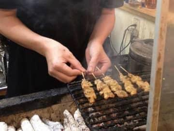 「神戸地どり屋」店舗では1本1本丁寧に焼き上げられた焼き鳥を堪能できる(写真:ラジオ関西)