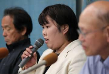 会見で、初めて三者協議に参加した思いを語る西山さん(中央)=今月12日午後6時3分、大津市梅林1丁目