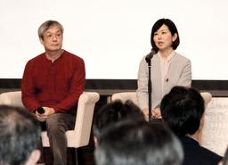 JR東日本の社員らを前に、尼崎JR脱線事故について語る浅野千通子さん(右)と小椋聡さん=群馬県高崎市