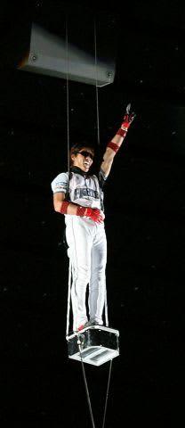 札幌ドームの天井から登場した新庄さん。現役時代からファンを喜ばせてきた=2006年6月