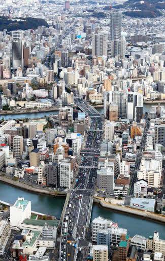 広島市中心部を東西に走る国道2号。観音本町(手前)から平野町(奥)にかけての高架延伸事業が2020年度に再開する方向となった(撮影・山本誉)