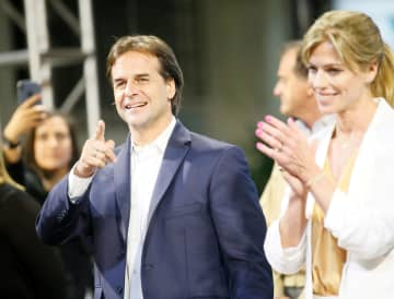 ウルグアイの首都モンテビデオで、支持者に応えるラカジェポー前上院議員=25日(ロイター=共同)