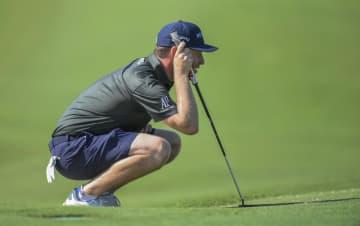 欧州ゴルフツアーの今季開幕戦、アルフレッド・ダンヒル選手権。短パンでプレーする南アフリカのブランドン・グレース=28日、マレラン(AP=共同)