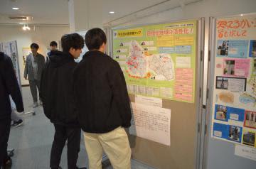 創意工夫した地図49点が並ぶ「いばらき児童生徒地図作品展」=水戸市文京
