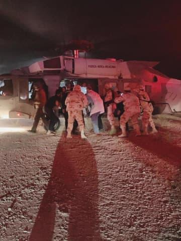 メキシコの襲撃現場付近から搬送するため、空軍のヘリコプターに乗せられる米国人の子どもら=4日(ソノラ州保健省提供、AP=共同)