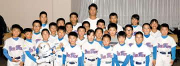 松岡投手(後列中央)と一緒に写真に収まる浦和ビッグウェイブの選手たち