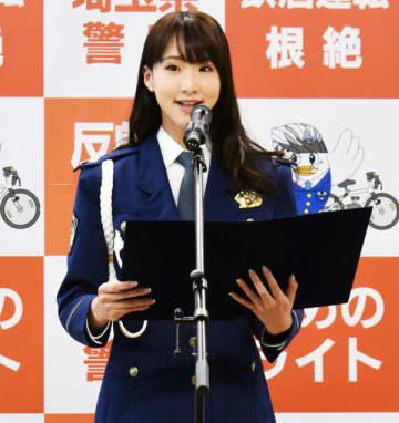 交通安全宣言を読み上げる岡嶋彩さん=28日午後、県警本部
