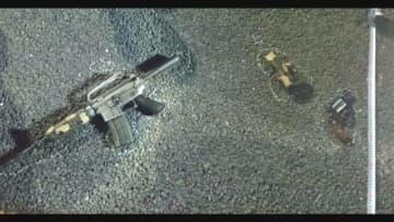 現場に残された自動小銃など