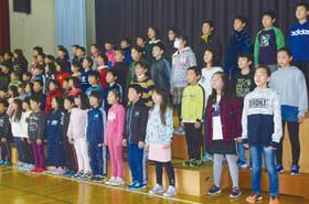 50周年記念式典に向け合唱の練習をする児童たち