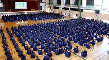 月1回の全校朝礼。児童約千人が体育館に集まる=福井県福井市森田小学校
