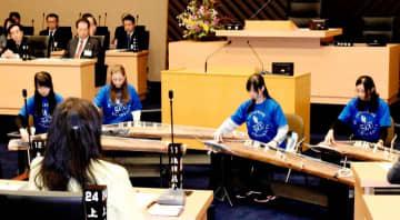 議場で琴の調べを披露する聖カタリナ大箏曲部のメンバーら=28日午前、松山市役所