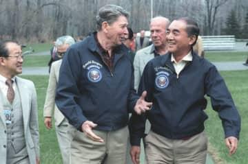 「ロン・ヤス」の仲で知られたロナルド・レーガン元大統領と。1986年