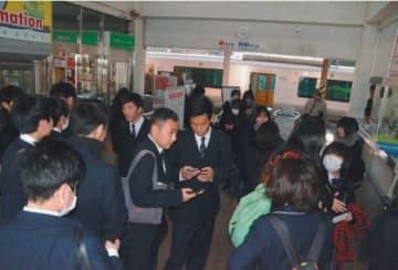 JR臼杵駅構内で運行の再開を待つ高校生ら=29日午前10時20分、臼杵市海添