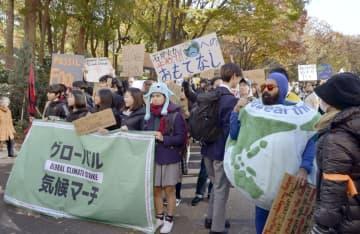 地球温暖化対策の強化を求める街頭活動に参加した若者ら=29日午後、東京都新宿区