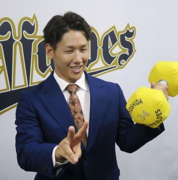 契約更改し笑顔を見せるオリックスの吉田正=29日、大阪市