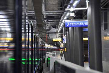 新設された「羽沢横浜国大駅」に停車する相模鉄道の新型車両12000系(左)。ホームでは直通線開業に向けて確認作業が進められていた=横浜市神奈川区羽沢南2丁目